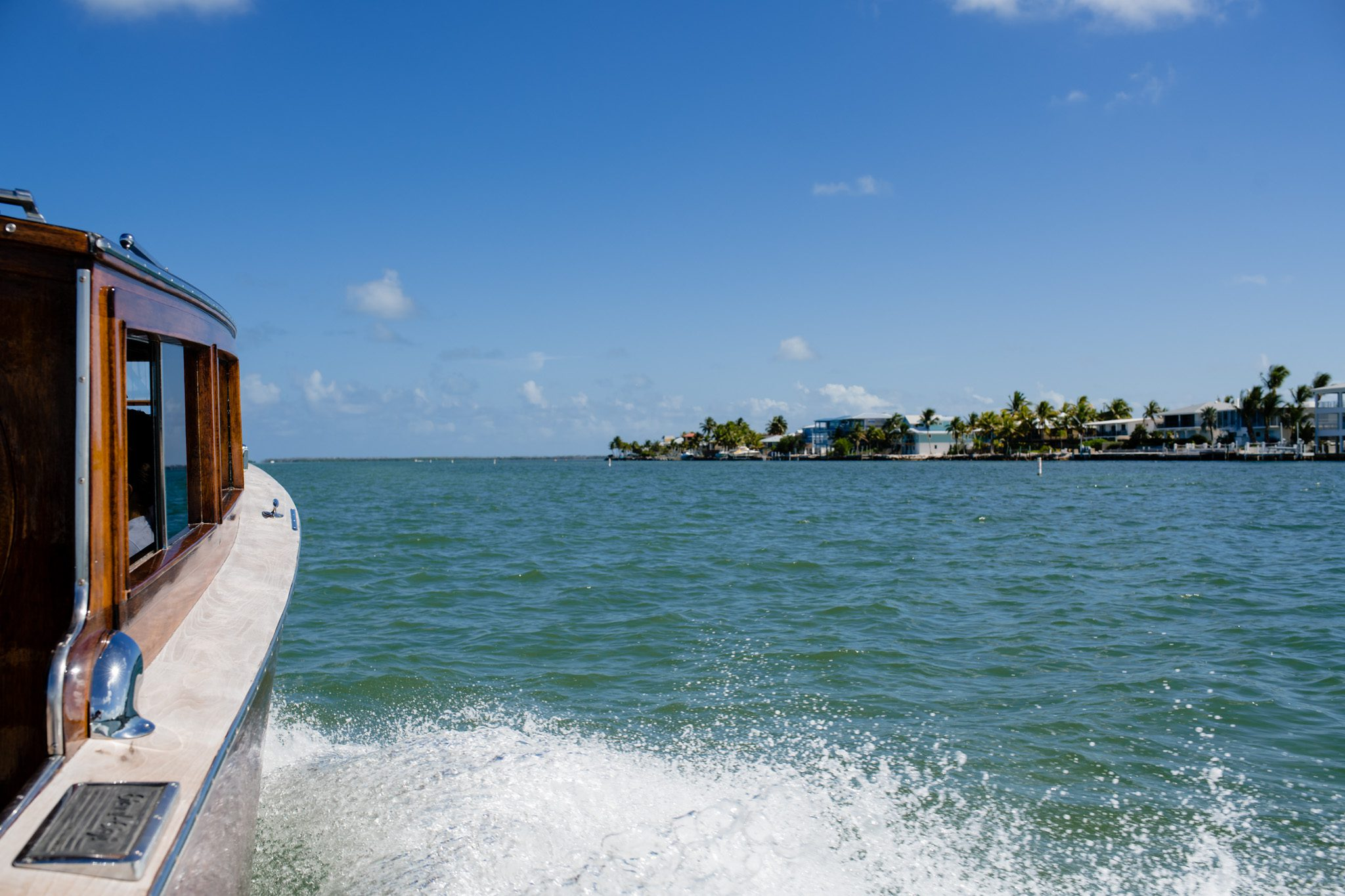 a boat moving through the ocean near palm island in key west